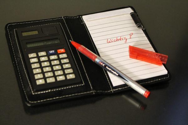 Taschenrechner und Notizen