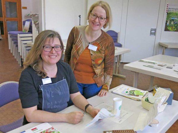 Lehrkräfte studieren die Workshop-Materialien