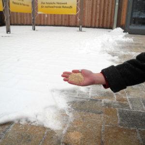 Winterstreumittel: Maisspindelgranulat ist ein biobasiertes und umweltfreundliches abstumpfendes Streumittel. Es eignet sich insbesondere im Bereich empfindlicher Oberflächen innerhalb und außerhalb von Gebäuden.