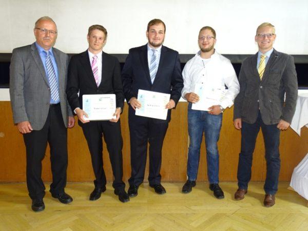 Die Jahrgangsbesten von links: Schulleiter Dr. Lothar Koch, Christian Lüninger, Tim Hilgenberg, Florian Schwalm, Klassenlehrer Peter Siebold