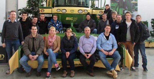Die Abschlussklasse der LLH-Fachschule Alsfeld mit ihren Fachlehrern Helmut Dersch (links) und Friedhelm Keute (neunter von links) zu Besuch bei der Firma Krone in Spelle