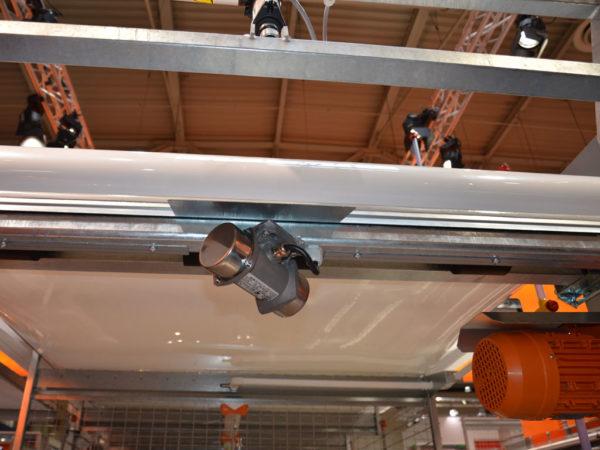 Der AVC-3D Kotbandabstreifer fördert die Stallhygiene und spart Arbeit ein.
