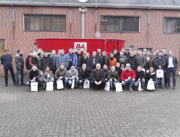 Die Studierenden der Einjährigen landwirtschaftlichen Fachschule Alsfeld bei der Firma Van Lengerich in Emsbüren. Ganz rechts der Firmenchef Bernhard van Lengerich.