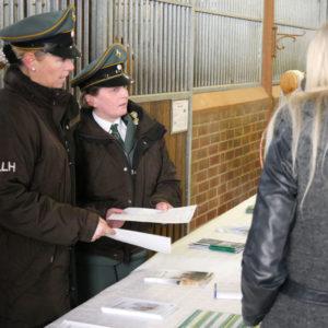 Am Stand der Landes-Reit-und Fahrschule bei Yvonne Kirschbaum (links) und Meike Holtzmann herrschte rege Nachfrage