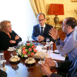 Intensiver Austausch zum Projekt Smartbees, v.l. Marie-Louise Coleiro Preca, Staatspräsidentin von Malta, Professor der Universität Malta Dr. David Mifsud, LLH-Bienenexperte Dr. Aleksandar Uzunov