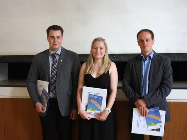 Mit einem Preis der DLG wurden die Jahrgangsbesten ausgezeichnet: Jochen Sagel, Burgwald-Birkenbringhausen, Sabine Wollenweber, Friedland-Lichtenhagen, und Tom Rose, Warburg-Calenburg (von rechts).