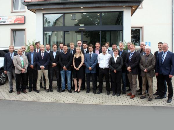 Die Absolventen des Jahrganges 2015/2017 der LLH-Fachschule Fritzlar mit Lehrkräften und Ehrengästen
