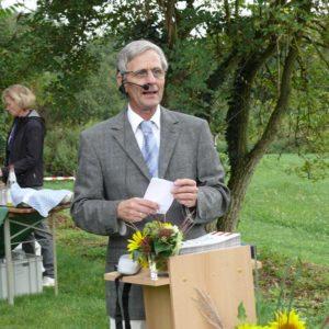 Der Leiter der Gartenakademie Herr Müller begrüsst die Absolventen.