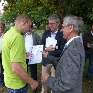 Peter Prade erhält sein Zertifikat von Herrn Müller.