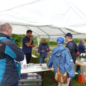 Herr Schmidtner, Frau Henning und Herr Fetzer beraten zum Anbau von Rosen im eigenen Garten und zu Schädlingen im Obstbau