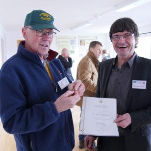 Ehrung: Werner Gemmecker vom Imkerverein Kirchhain dankt Dr. Büchler für sein langjähriges Engagement mit der silbernen Ehrennadel des Deutschen Imkerbundes.