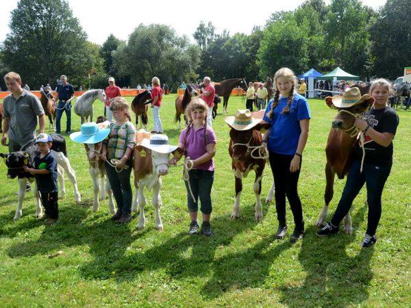 Bestens behütet stellten die Kinder ihre Kälber bei der Siegerehrung vor.