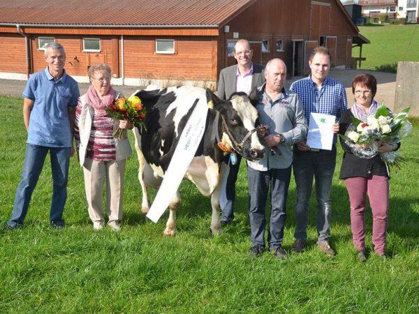 100000-Liter-Kuh Zensi der Familie Schmitt in Weidenau
