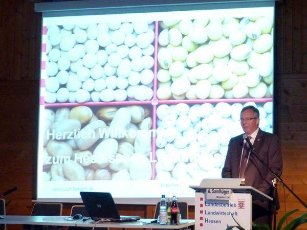 Andreas Sandhäger (Direktor LLH) betont, dass das Vermarktungsrisiko von Leguminosen für die Landwirte reduziert werden muss.