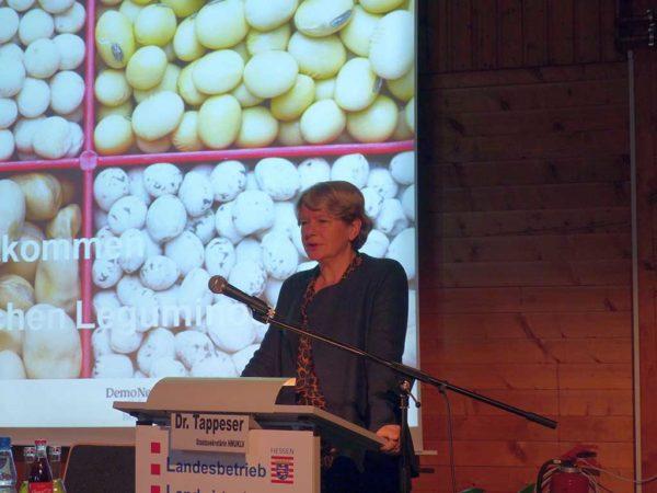 Im Rahmen des Öko-Aktionsplan, konnte die Anbaufläche von Leguminosen in Hessen ausgebaut werden. Staatssekretärin Dr. Beatrix Tappeser bedankt sich beim LLH, der durch seine Beratungsarbeit maßgeblich zu dieser positiven Entwicklung beigetragen hat.