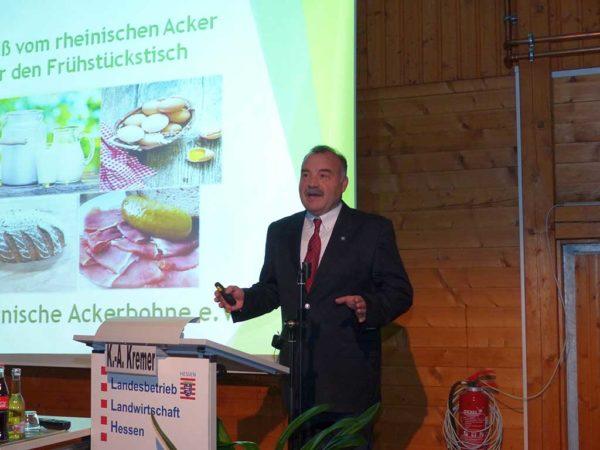 Karl-Adolf Kremer (Rheinische Ackerbohne e.V.) vermittelt dem Verbraucher die Vorteile des Leguminosenanbaus wie z.B. Förderung von Bienen.