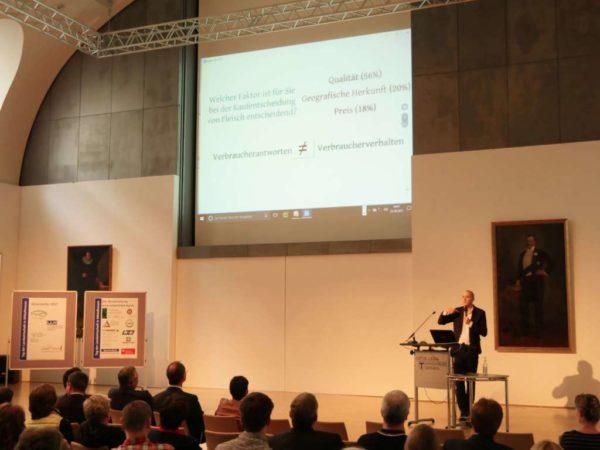 Herr Dürnberger referiert über Kontroversen zwischen Realität und Wunschdenken im Bezug auf landwirtschaftliche Produktion