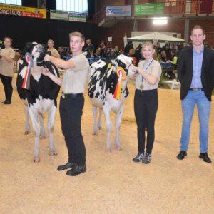 Der Titel beim Vorführwettbewerb der jüngeren Gruppe ging an Laura Schlömer, Berndorf, ihr Bruder Marc wurde Reservesieger; mit im Bild Preisrichter Torben Melbaum.