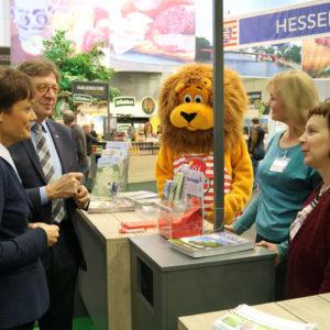 Frau Puttrich (Hess. Europaministerin) und Herr Färber (Aufsichtsratsvorsitzender der MGH) informieren sich am Gemeinschaftsstand des LLH und RP Gießen.