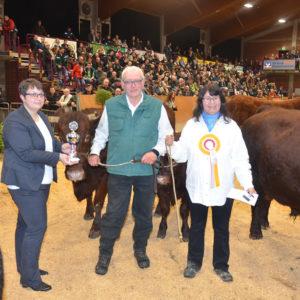 Stefanie Nagel vom HMUKLV übergab Karl Wilhelm Becker, Lehrbach, den Pokal des LLH für die Kuh mit der besten Fruchtbarkeitsleistung; gleichzeitig war Rita auch Siegerkuh beim Roten Höhenvieh.