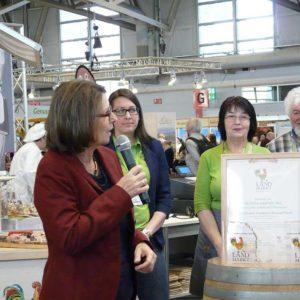 """Preisverleihung """"Bunter Hahn"""" durch Frau Ministerin Hinz an 2 REWE-Märkte für besondere Verdienste im Rahmen des Landmarkt-Konzeptes der VHD e.V.."""