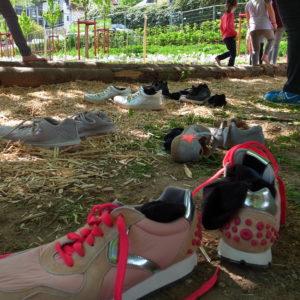 Barfußpfad des Schulgartens' caption='Die Kinder stehen sprichwörtlich auf das Angebot der Landesgartenschau. Der Barfußpfad des Schulgartens wird eifrig genutzt. (Foto: Klaus Diehl, LLH)