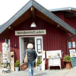 Ein ordentlicher und liebevoll gestalteter Eingangsbereich lädt zum Besuch und Einkauf ein.