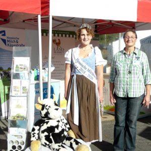 Milchkönigin Laura I. und Frau Götzinger-Heldmann von der LVM vor dem Messestand