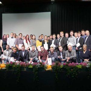 Absolventen der Berufsschule Alsfeld mit Dr. Bernhard Geiß und Dr. Monika Becher sowie Ehrengästen.