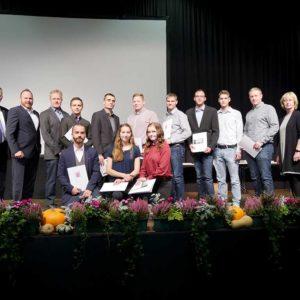 Absolventen der Berufsschule Bebra mit Karin Allmeroth, Christian Siebald und Christian Roth sowie Ehrengästen.
