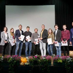 Absolventen der Berufsschule Limburg mit Dr. Andrea Hesse und Ehrengästen.
