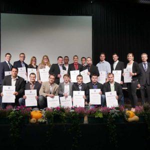 Absolventen der landwirtschaftlichen Meisterprüfung mit Helmut Dersch sowie Ehrengästen.